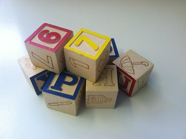 dřevěné kostky a čísly a písmeny